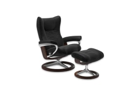 Ruhesessel mit Hocker Wing in Paloma black, Gestell Signature in Braun
