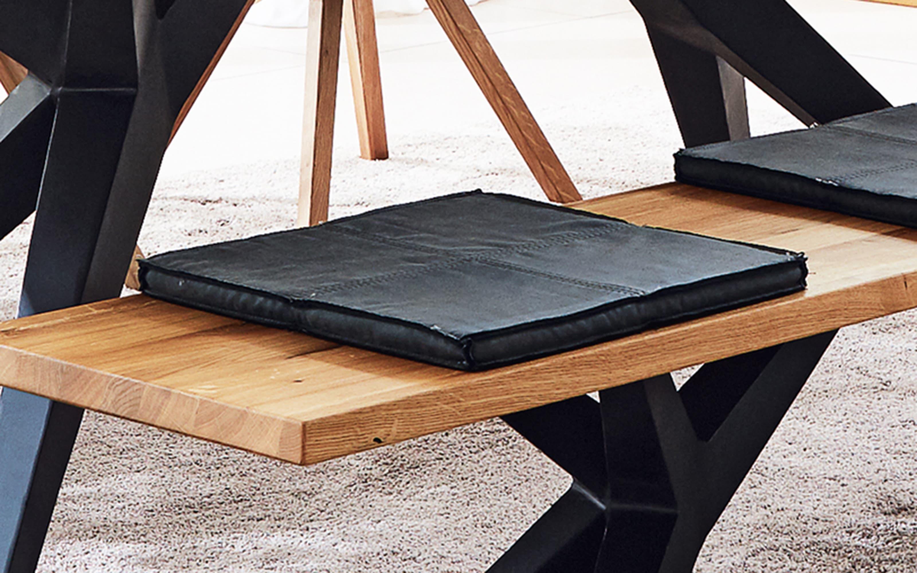 Designbank Tamina aus massiver Charaktereiche, mit Eisengestell